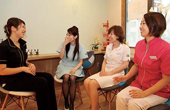 左から ユミさん/ミユキさん/ヒロミさん/谷澤院長