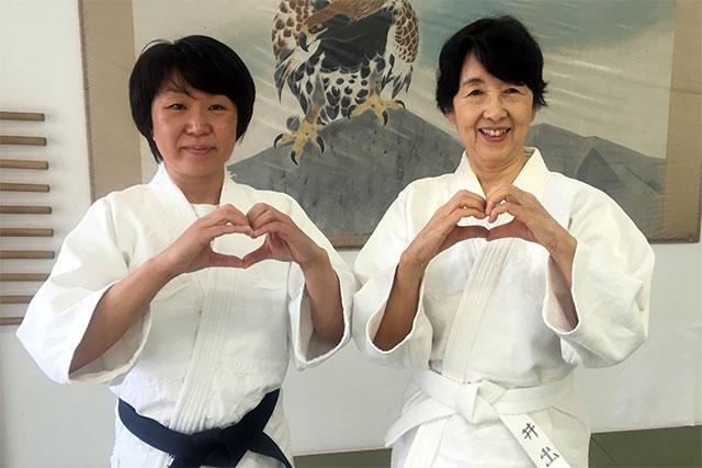合気道養神館本部道場の女性指導員の鴫原さおりさんと、生徒の井出祥子さん