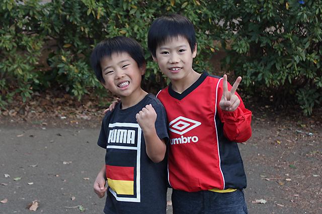 元気にサッカーで遊ぶ、きょうちゃん&さくちゃん兄弟@戸山公園